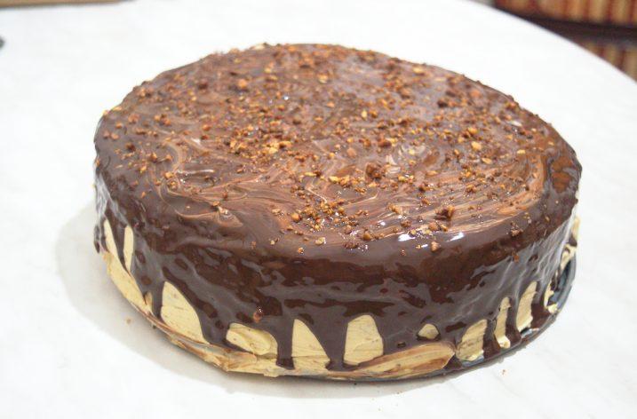 Un gâteau succulent (génoise, crème au beurre et fruits secs caramélisés)