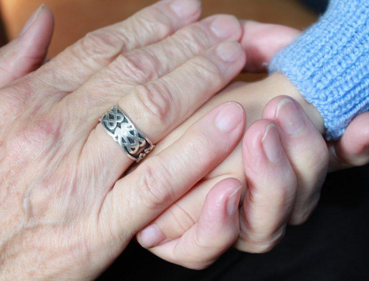 La belle-mère qui «pince avec sa main sous elle»
