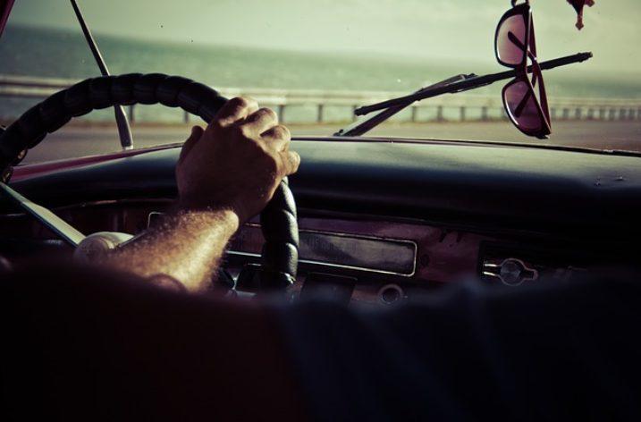 Enlever les rayures du pare-brise de la voiture
