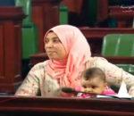 Une députée emmène son bébé au parlement, et alors?